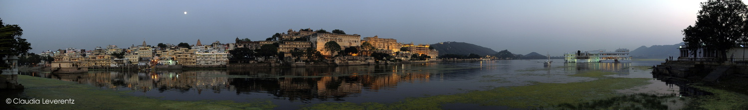 Panoramablick auf Udaipur am Abend