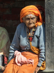 Alte Nepalesin in Pashupatinath